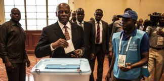 Out going Angolan president Eduardo dos Santos casting his vote