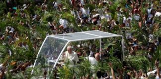 Pope Francis arrives Mauritius to a tumultuous welcome